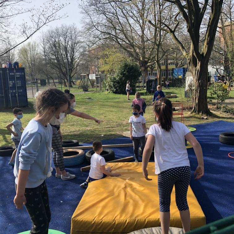 Die Kids haben Spaß auf dem blauen Teppich!